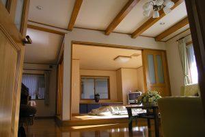 和室の小上りを囲む家