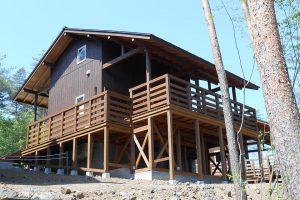 キャンプ場のコテージ3棟
